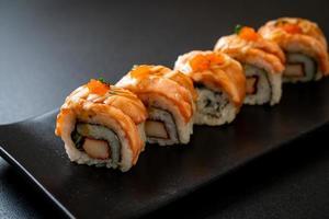 rouleau de sushi au saumon grillé avec sauce - style de cuisine japonaise photo