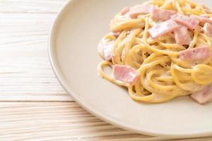 sauce à la crème blanche spaghetti maison au jambon - style cuisine italienne photo