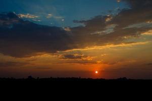 beau ciel coucher de soleil avec des nuages. ciel abstrait. photo