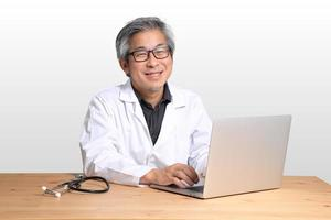homme asiatique assis photo