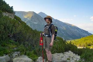 jeune femme voyageur avec sac à dos dans les montagnes photo