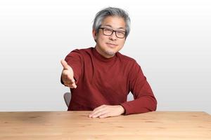 homme asiatique au bureau photo