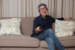 homme asiatique dans le salon photo