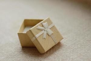 boîte cadeau en papier beige pour petit cadeau photo