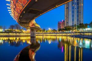 vue nocturne de kaohsiung par love river à taiwan photo