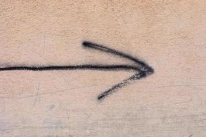 flèche peinte sur le mur photo