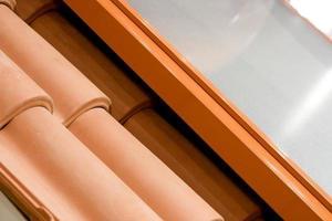 détail du toit avec tuiles mécaniques et isolation thermique. Madrid, Espagne photo