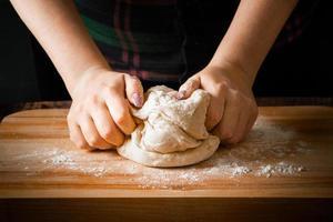le chef prépare la pâte à pizza photo