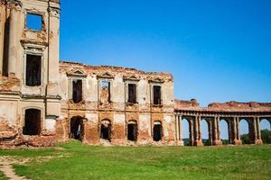les ruines d'un château médiéval à rujany. vue sur l'ancien complexe du palais avec des colonnes. région de brest, biélorussie. photo
