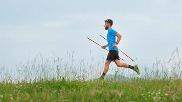 coureur de montagne lors de la préparation d'un trail longue distance photo