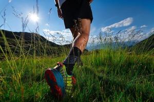 marcher dans la prairie marcher dans les montagnes dans les montagnes avec soleil et paysages photo