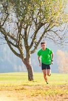 course dans les montagnes un athlète s'entraîne à l'automne photo