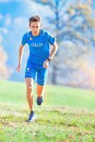 Athlète courant dans les montagnes de l'équipe nationale italienne en formation photo