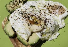 toast aux œufs avec avocat photo