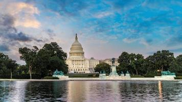 Le Capitole des États-Unis, vu de la piscine de réflexion au crépuscule. photo