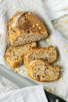 délicieux pain frais sur fond rustique. photo