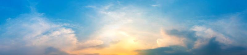 ciel panoramique spectaculaire avec des nuages au lever et au coucher du soleil. photo