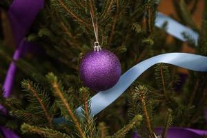 boules sur l'arbre de noël photo