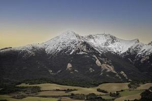 champ avec des montagnes de neige photo