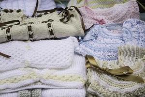 vêtements de bébé en laine photo