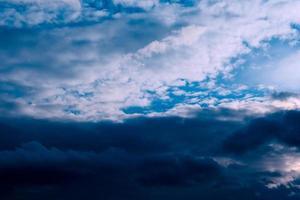 belle soirée nuages hauts avant la tempête photo
