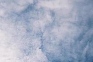 ciel bleu profond et nuages hauts dans les rayons du soleil au coucher du soleil photo