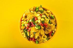 collations indiennes plat traditionnel indien frit salé appelé chivda ou mélange ou farsan à base de farine de pois chiches et mélangé avec des fruits secs et des noix grillées avec du sel, du poivre, des légumineuses, des épices et des pois verts photo