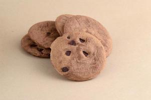 biscuit aux pépites de chocolat dans une assiette photo