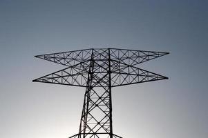 poste haute tension, tour haute tension sur fond de ciel bleu. photo