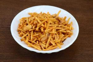 plat salé frit - chivda ou mélange à base de farine de pois chiches et mélangé avec des fruits secs. photo