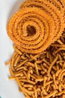 snack indien besan farine de gramme sev et chakli, chakali ou murukku. photo