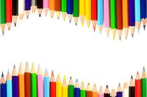 Crayons de couleur isolés sur fond blanc se bouchent photo