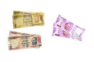 nouvelle monnaie indienne de rs.2000 et ancienne monnaie de rs.1000 sur fond blanc. ancienne monnaie démonétisée et nouvelle monnaie publiée le 9 novembre 2016. photo