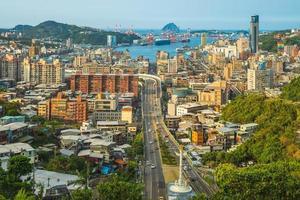 paysage urbain de la ville et du port de keelung à taïwan photo