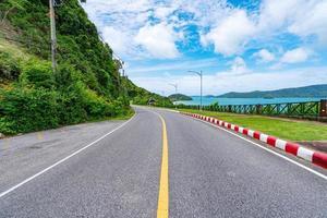 la route goudronnée autour de l'île de phuket photo