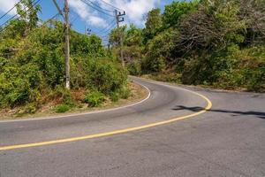 la route goudronnée autour de l'île de phuket en été photo