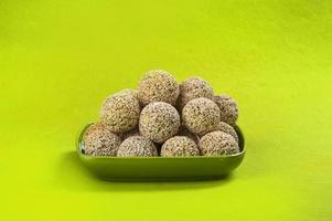 amarante ou rajgira laddu, cholai ke laddo en plaque verte sur fond vert photo