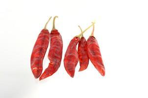 piments rouges isolé sur blanc photo