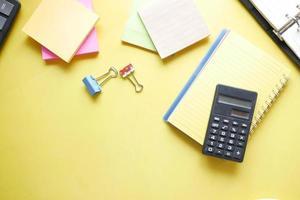 gros plan de la calculatrice bleue et du bloc-notes sur fond de couleur photo