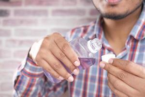 liquide de bain de bouche s'écoulant dans un bouchon photo