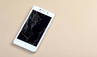 téléphone intelligent avec écran cassé photo