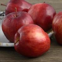 pommes rouges mûres sur fond de bois photo
