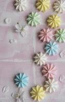 petites meringues colorées photo