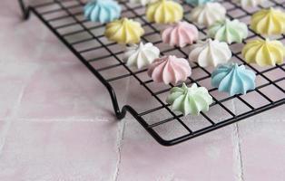 meringue multicolore sur une grille de cuisson photo