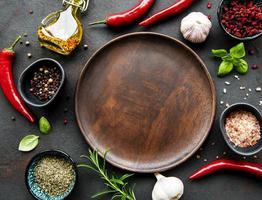 assiette en bois vide et cadre d'épices photo