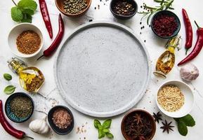 assiette vide et cadre d'épices photo