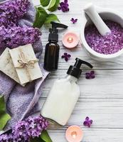 cadre de spa avec des fleurs lilas photo
