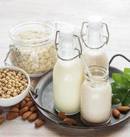 types alternatifs de laits végétaliens dans des bouteilles en verre photo