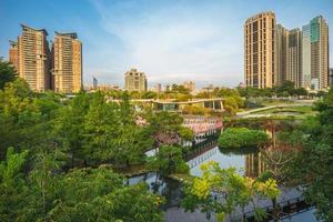 jardin d'érable à côté du boulevard de taiwan à taichung, taiwan photo