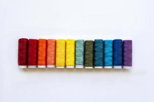 bobines de fil aux couleurs de l'arc-en-ciel photo